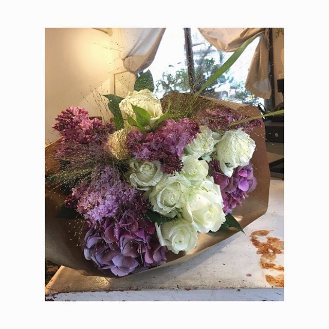 今日の花還暦のバースデイに友達から贈られたブーケ#flower #bouquet #rose #white #lilac #purple #terre #terreplant #kochi #flowershop